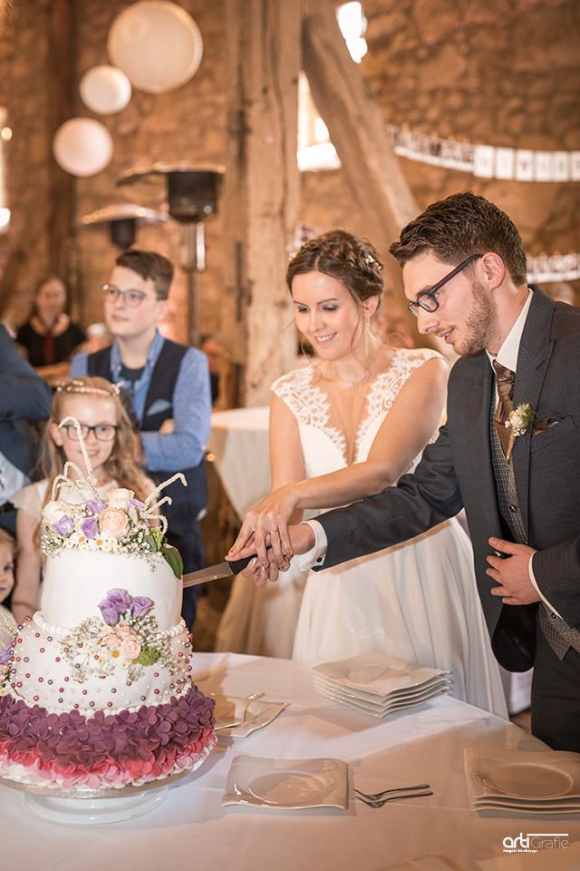 Anschneiden der Hochzeitstorten-Berggaststätte-Bickenriede