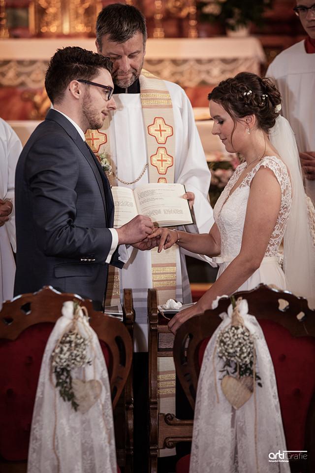 Brautpaar beim Ringe anstecken-Hochzeitsfotografie-Eichsfeld